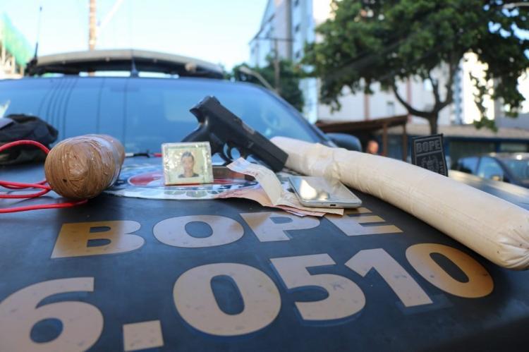 Com o suspeito foram encontrados artefatos explosivos, uma arma e munições