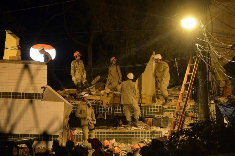 Mais de 100 bombeiros e agentes da defesa civil trabalham no resgate - Foto: Fernando Frazão