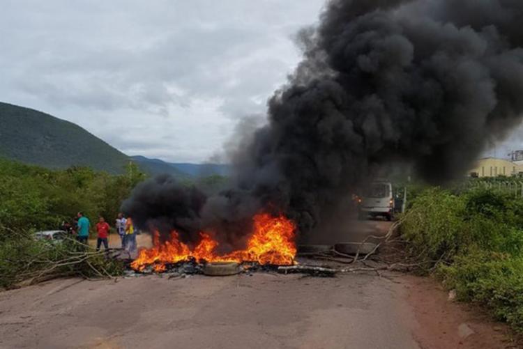 Moradores atearam fogo a madeira e pneus para bloquear a via - Foto: Divulgação | Blog do Anderson