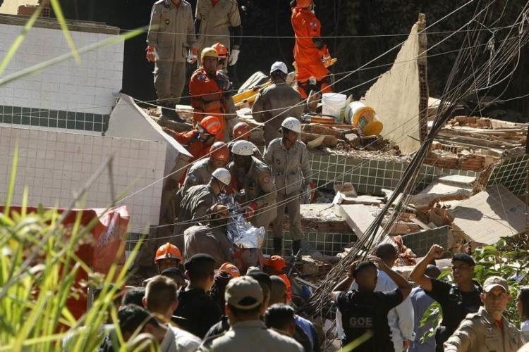 Os bombeiros já conseguiram chegar aos andares mais baixos dos prédios - Foto: Reprodução