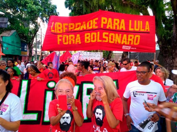 Manifestantes durantes protestos em Salvador