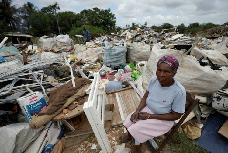 Josefa Pereira de Souza, recicladora, junto a resíduos sólidos na área remanescente quilombola de Quingoma