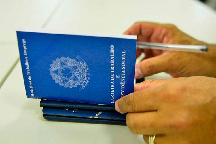 Para se candidatar a uma das vagas, é necessário apresentar Carteira de Trabalho e outros documentos - Foto: Agencia Brasil | EBC