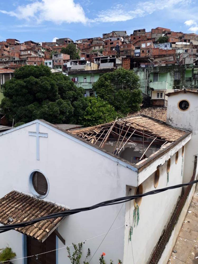Houve um desabamento parcial do teto de uma igreja - Foto: Luan Borges | Ag. A TARDE