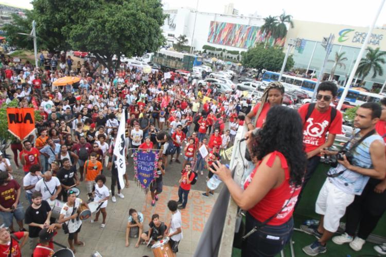Concentração ocorre em frente a shopping de Salvador - Foto: Luciano da Matta | Ag. A TARDE