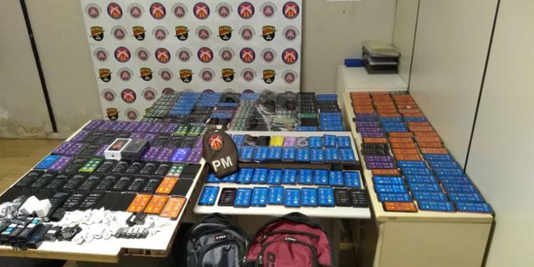 Ees tentaram sair do centro de compras por volta das 13h, horário de abertura deste domingo, com os produtos escondidos em mochilas - Foto: Divulgação   SSP-BA