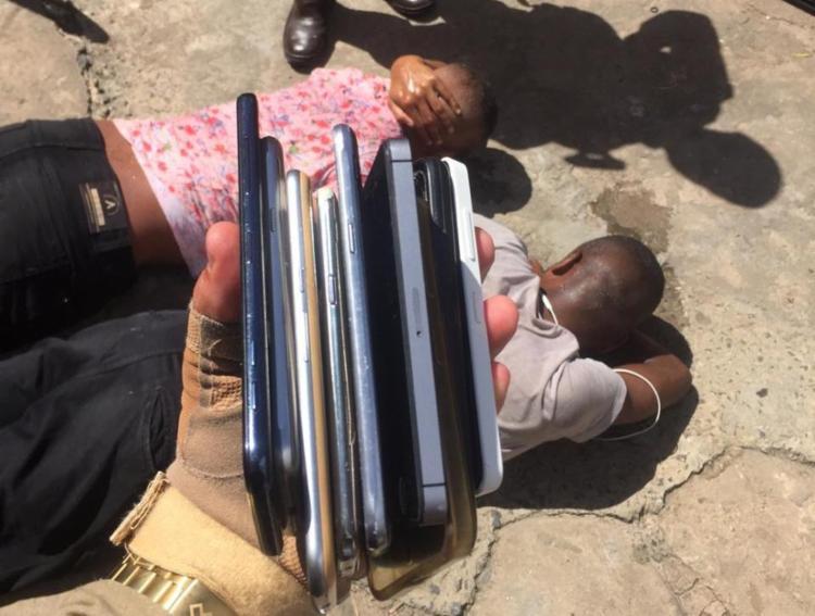 Além dos celulares, também foi apreendida uma arma de brinquedo - Foto: Divulgação | SSP