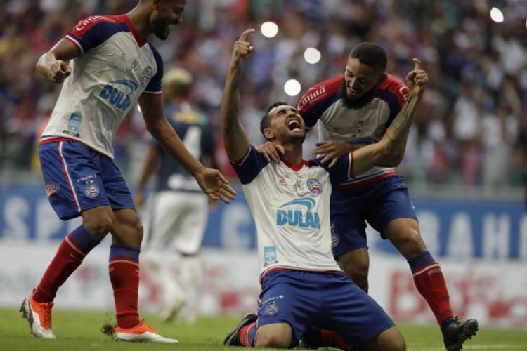 De pênalti, Gilberto marcou para o Bahia e garantiu a conquista do 48º título do Esquadrão - Foto: Adilton Venegeroles | Ag. A TARDE