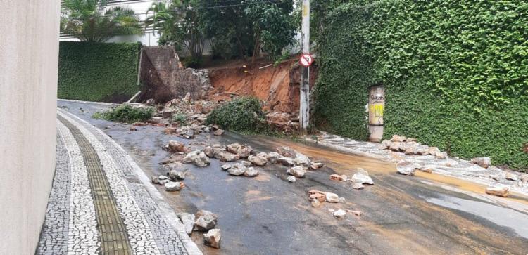 Por causa dos escombros, o trânsito ficou interditado na rua Plínio Moscoso - Foto: Reprodução | Transalvador