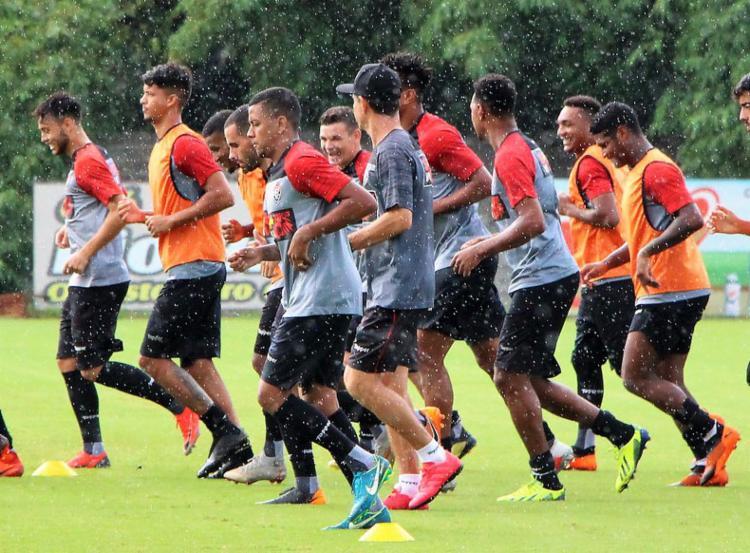 Nesta terça-feira, 16, o elenco do Vitória treinou sob chuva na Toca do Leão - Foto: Maurícia da Matta l EC Vitória