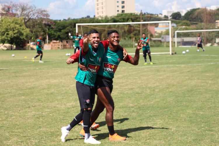 Prováveis titulares, Matheus Rocha (esq.) e Rodrigo Andrade demonstram bom humor em treino - Foto: Maurícia da Matta l EC Vitória