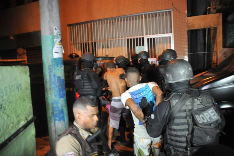 Quatro homens foram presos e dois adolescentes foram apreendidos - Foto: Felipe Iruatã l Ag. A TARDE