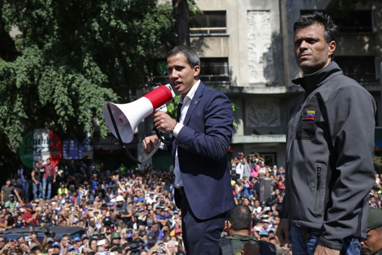 López (à dir.) e Guaidó lideram tentativa de depor Maduro - Foto: Cristian Hernandez l AFP