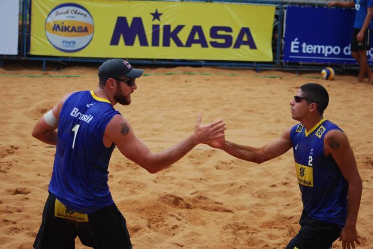 Alison (à esq) e Álvaro Filho superaram na estreia - Foto: Divulgação | CBV
