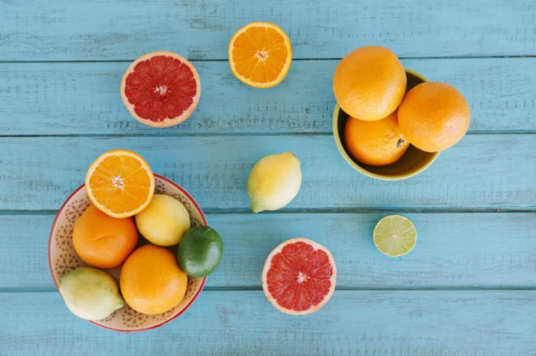O consumo de frutas cítricas ajuda a controlar doenças autoimunes - Freepik   Divulgação