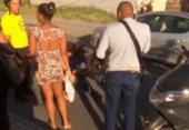 Uma pessoa fica ferida após colisão entre carro e moto no Lobato | Foto: