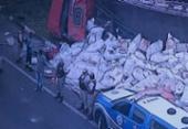 Caminhão tomba e deixa um ferido na BR 324 | Foto: Reprodução | TV Record