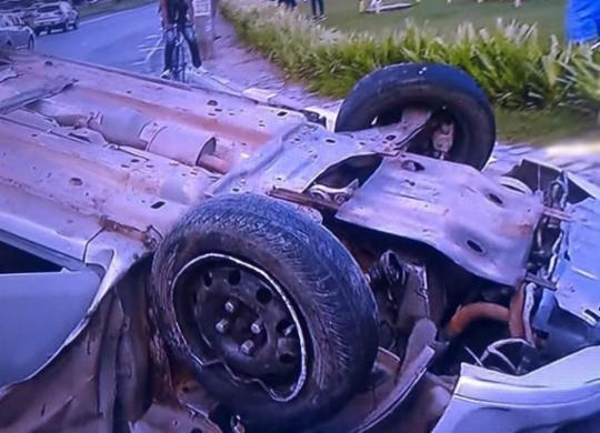 Motorista morre após carro colidir em poste e capotar na BA-099 | Reprodução | TV Record