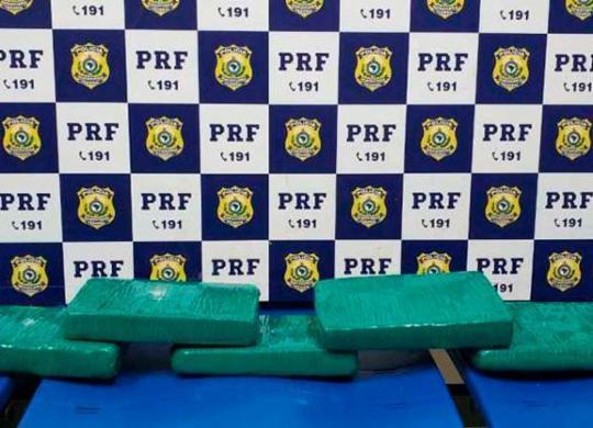 Passageiro é preso com drogas escondidas dentro de bolsa na BR-116 | Divulgação | PRF