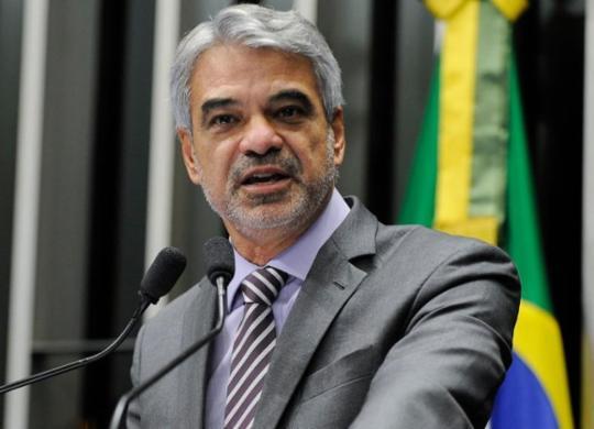 Senador vai pedir que CPI notifique Azul por deixar Bolsonaro entrar em avião | Moreira Mariz | Agência Senado