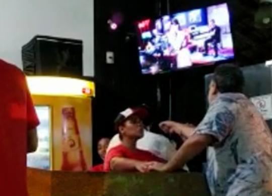 Homem é acusado de agredir e ameaçar gerente de restaurante em Salvador | Reprodução | YouTube