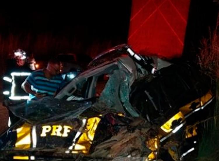 Caminhão colidiu com viatura da PRF que estava em atendimento no local - Foto: Reprodução   Blog Braga