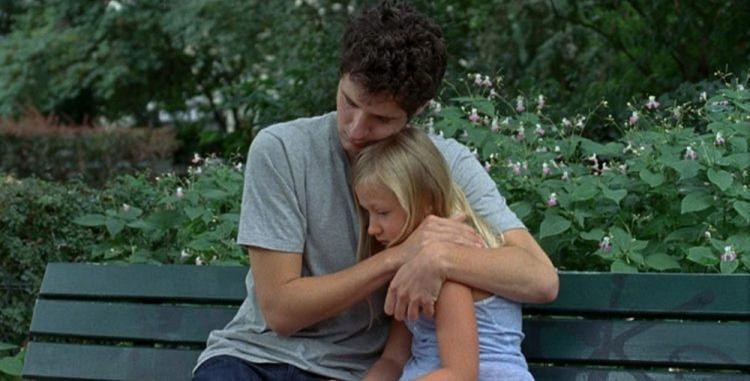 Tio e sobrinha, David (Vincent Lacoste) e Amanda (Isaure Multrier) buscam reconstruir juntos a vida após uma perda traumática - Foto: Divulgação