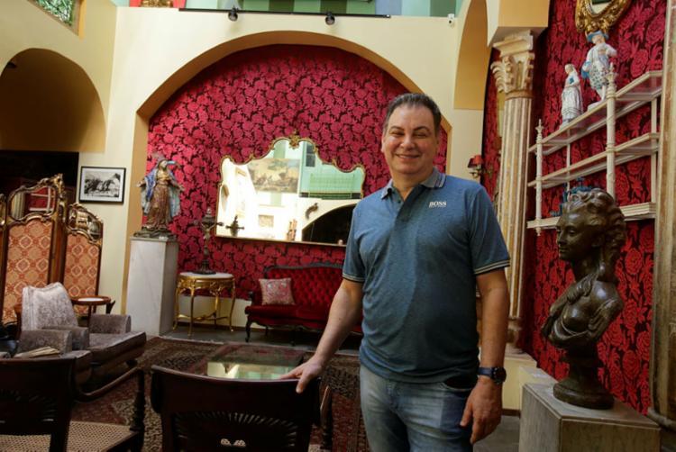 Antônio Silva Pinto Júnior vende móveis dos séculos XVII ao XX, vários reformados por ele - Foto: Joá Souza | Ag. A TARDE