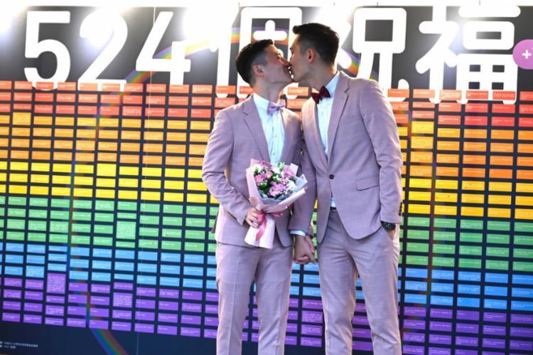 Primeiros casamentos homossexuais legais na Ásia ocorreram em Taiwan nesta sexta-feira, 24 - Foto: Sam Yeh | AFP