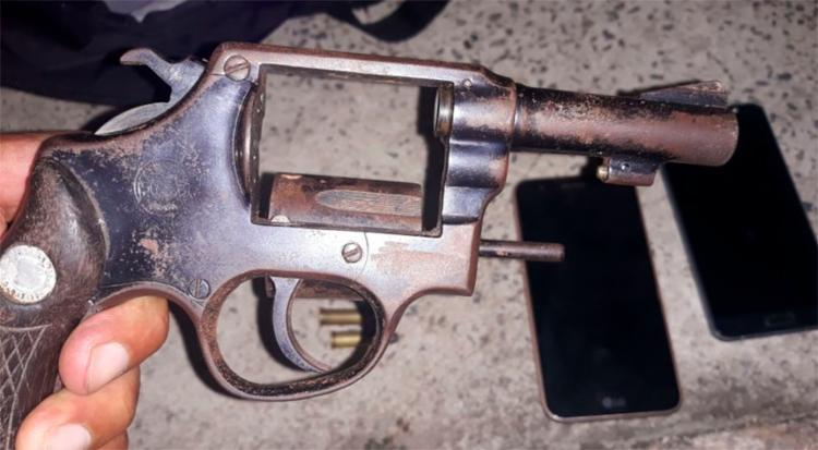 Arma, dinheiro e munição foram encontradas com o trio