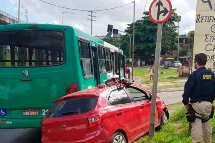 Suspeitos colidiram com ônibus durante fuga - Foto: Divulgação | PRF
