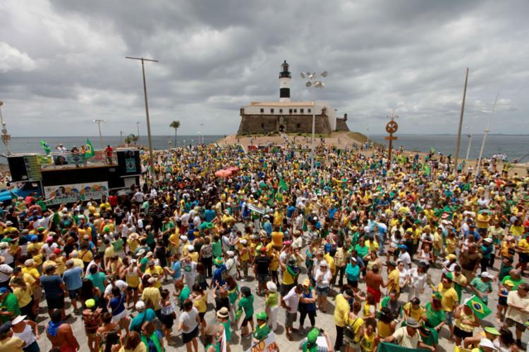 Em 2016, manifestantes defenderam a Operação Lava-Jato, no Farol da Barra, em Salvador, onde neste domingo, 26, está previsto um ato - Foto: Raul Spinassé l Ag. A TARDE