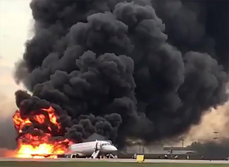 Pelo menos 78 passageiros conseguiram sair da aeronave - Foto: Gunkevitch l AFP
