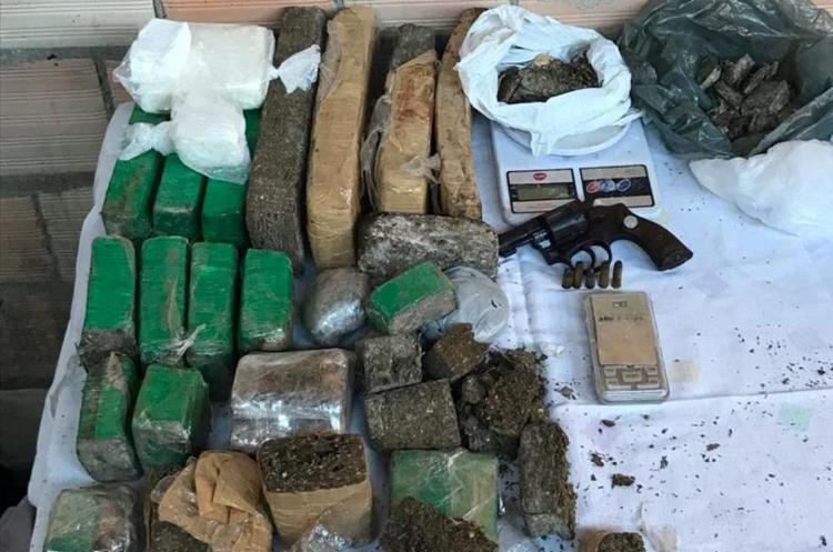 A operação resultou na prisão de dois suspeitos, além de apreensão de drogas e armas - Foto: Divulgação | SSP-BA