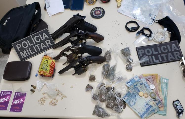 Com os cinco suspeitos foram apreendidos pistola, revólveres, munições e drogas - Foto: Divulgação | SSP-BA