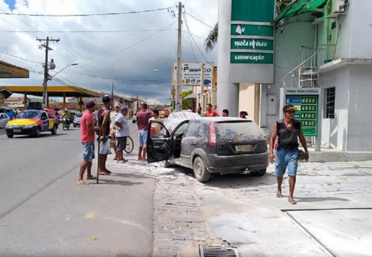 As chamas foram percebidas imediatamente pelos frentistas - Foto: Giro Ipiaú   Reprodução