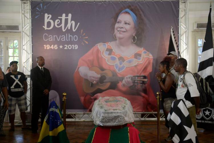 Velório do corpo da cantora Beth Carvalho no salão nobre da sede do clube Botafogo de Futebol e Regatas, time do qual Beth era torcedora - Foto: Tânia Rêgo l Agência Brasil
