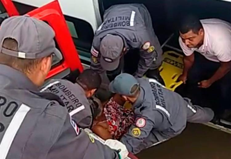 Os bombeiros resgataram pacientes ilhados dentro de veículo - Foto: Divulgação   CBMBA