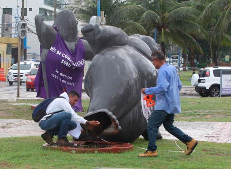 Equipes da FMG e Sucop foram ao local realizar a retirada do monumento | Foto: Luciano da Matta | Ag. A TARDE