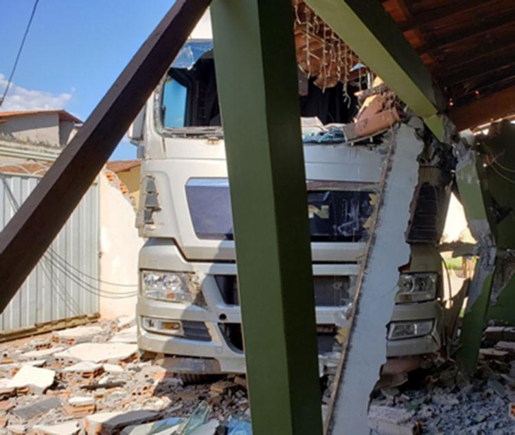A varanda e a sala da residência foram atingidas pelo veículo - Foto: Reprodução | Blog do Braga