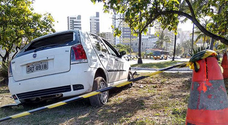 Fiat Palio conduzido pelo empresário espanhol foi parar sobre um canteiro - Foto: Euzeni Daltro l Ag. A TARDE