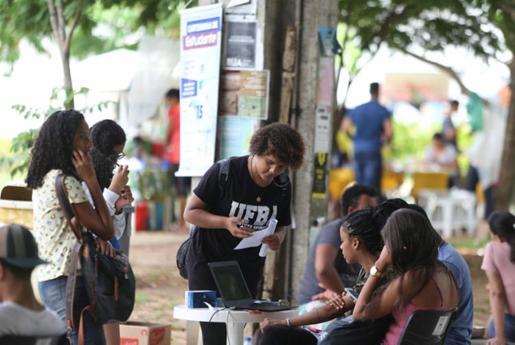 Integrantes da AMES oferecem carteira de meia-entrada próximo a Ufba de Ondina - Foto: Raul Spinassé | Ag. A TARDE