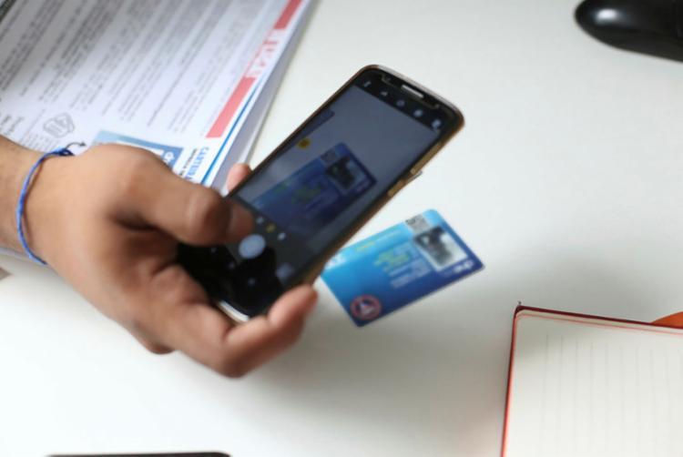Celulares são usados para verificar as carteiras por meio do QR Code