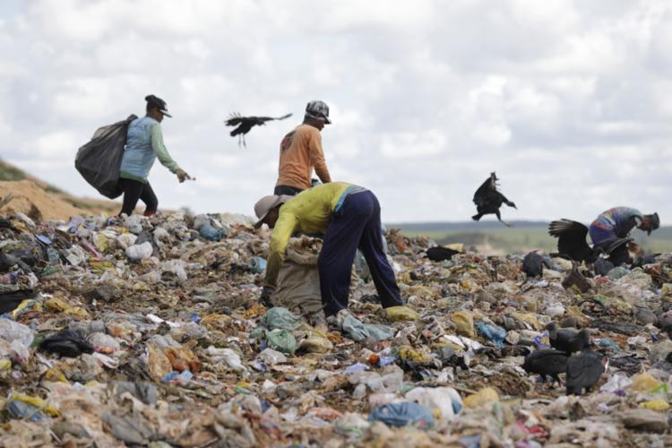 Catadores mantém sua rotina no aterro, enquanto o local se adequa às normas - Foto: Joá Souza l Ag. A TARDE