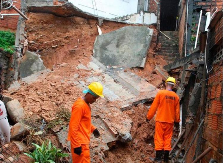 Moradores são resgatados após desabamento de muro - Foto: Luciano da Matta | Ag. A TARDE