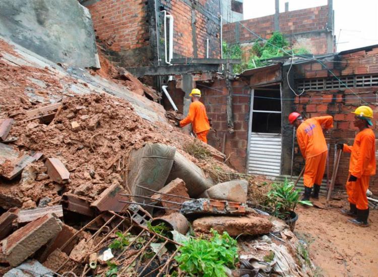 Equipes da Sedur e Codesal estão no local do desabamento | Foto: Luciano da Matta | Ag. A TARDE