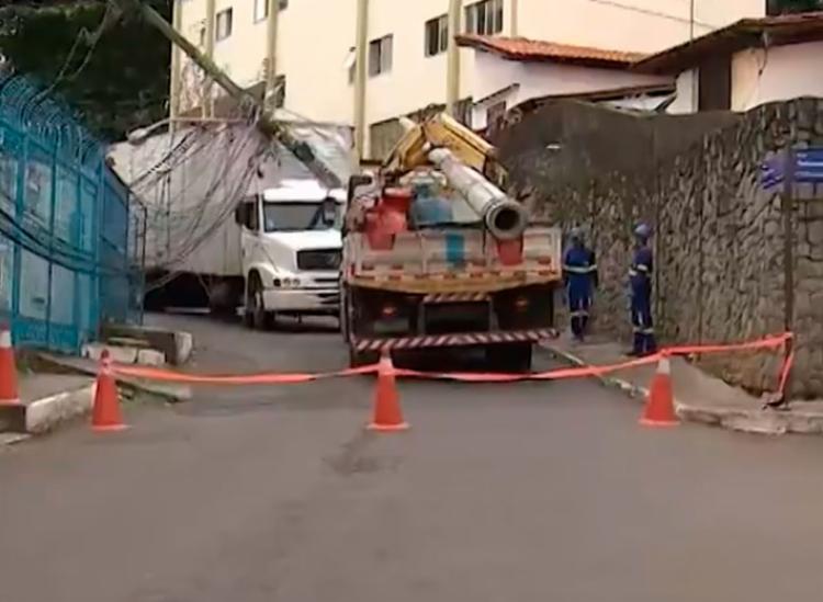 Técnicos da Coelba estão no local para remoção do poste - Foto: Reprodução | TV Bahia
