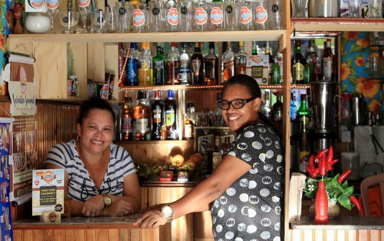 Cláudia e Silvana, do boteco Delícias do Mar, servem o escondidinho de siri de Ivete