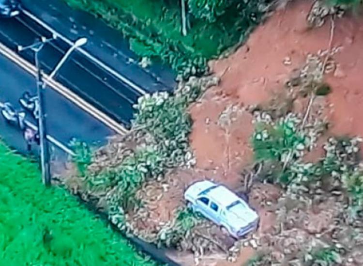 Deslizamento de terra atingiu carro; motorista saiu sem ferimentos - Foto: Reprodução | TV Record Bahia