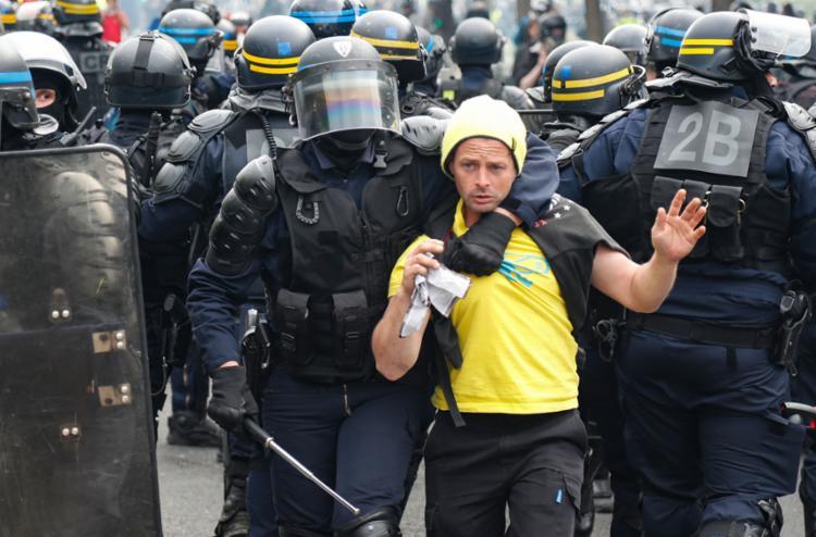 A maioria dos atos transcorreu pacificamente, mas a da capital registrou confrontos entre manifestantes radicais e forças policiais - Foto: Zakaria Abdelkafi l AFP